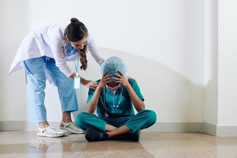 nurse-reassuring-surgeon-
